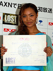 """Lostie第1号""の認定証に 大喜びのクリスタル・ケイ"