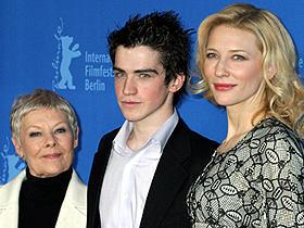 今年のベネチア映画祭では観客賞を受賞。 (左から)ジュディ・デンチ、アンドリュー・シンプソン、 ケイト・ブランシェット「あるスキャンダルの覚え書き」