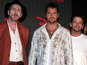 僕の肉体、カッコイイ? (左から)フランク・ミラー、ジェラルド・バトラー、 ザック・スナイダー監督「300 スリーハンドレッド」