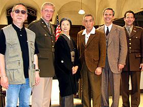 (左から)小泉監督、フレッド・マックイーン、富司純子、 藤田まこと、ロバート・レッサー、リチャード・ニール「明日への遺言」
