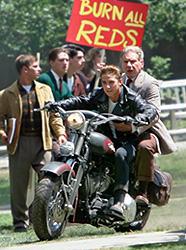 ノーヘルで2人乗りは危ないので マネをしないでください「インディ・ジョーンズ 最後の聖戦」