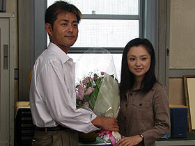 監督名はサタケミキオ、よろしく! (左から)宅間孝行、永作博美