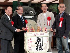 開会式で鏡割りをする(右から)鈴木敏夫氏、男鹿和雄氏ら「侍ジャイアンツ」