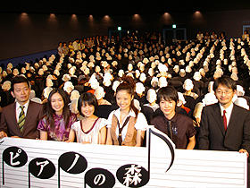 (左から)宮迫博之、池脇千鶴、福田麻由子、 上戸彩、神木隆之介、小島正幸監督「ピアノの森」