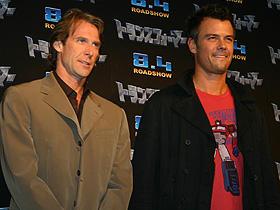 最初はバカバカしいオモチャ映画と思ったが… (左から)マイケル・ベイ監督、ジョシュ・デュアメル「トランスフォーマー」