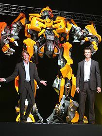 バンブルビーと一緒に (左から)マイケル・ベイ監督、ジョシュ・デュアメル「トランスフォーマー」