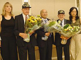 日本兵・米兵の心情がつながった (左から)リンダ・ホーグランド、フレッド・ミッチェル氏、 上島武雄氏、ユージーン・ブリック氏、リサ・モリモト監督「TOKKO 特攻」