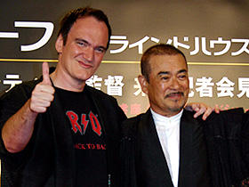 サニー千葉贈呈のサムライ・コートを着て上機嫌 (左から)クエンティン・タランティーノ監督、千葉真一「デス・プルーフ in グラインドハウス」