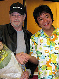 """似てる?似てない? (左から)スピルバーグ""""そっくりさん""""と河崎実監督「トランスフォーマー」"""