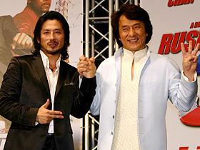今夏はビール(ジャッキー)と枝豆(ヒロ)だね! (左から)真田広之、ジャッキー・チェン「ラッシュアワー3」