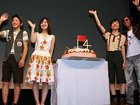 「SAYURI」の名女優はまだ14歳! (左から)ささの友間、大後寿々花、神木隆之介、行定勲監督「遠くの空に消えた」
