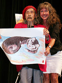 今では孫とおじいちゃんのような関係 (左から)自身の絵を掲げるジミー・ミリキタニ、 リンダ・ハッテンドーフ監督「ミリキタニの猫」