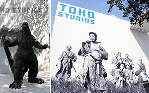 ゴジラ像(左)と巨大スクリーンのような「七人の侍」壁画(右)「七人の侍」