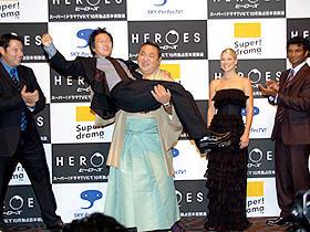 「ヤッター!」は日本の流行語になるか? (左から)グレッグ・グランバーグ、マシ・オカ、千代大海、 アリ・ラーター、センディル・ラママーシー