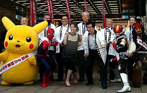様々な人気キャラと「映画盗撮防止キャンペーン」イベントに 参加した映画大使の小林麻央(前列中央)