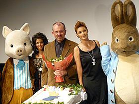 「ピーターラビット・バースデイプレミア」に登場した (左から)ケイティ・メルア、クリス・ヌーナン監督、梅宮アンナ「ミス・ポター」