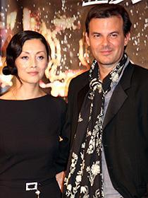 S・ランプリングを目指すという夏木マリ(左)の アピールにご満悦のフランソワ・オゾン監督「エンジェル」
