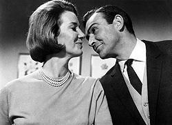 「ジェームズ、Mがお待ちかねよ」は、 マネーペニーの名セリフ「007/美しき獲物たち」