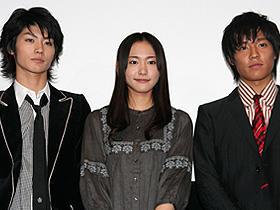 ガッキーは体調が悪くてもきちんと挨拶! (左から)三浦春馬、新垣結衣、小出恵介「恋空」