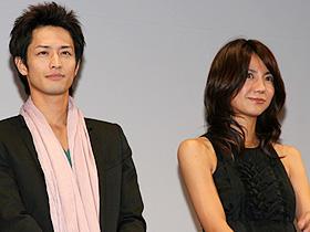 欠席した吉田美和を気遣った (左から)竹財輝之助、松下奈緒「未来予想図 ア・イ・シ・テ・ルのサイン」