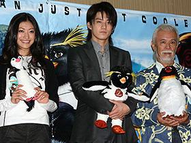 「ハッピーフィート」と違います (左から)山田優、小栗旬、マイク眞木「サーフズ・アップ」