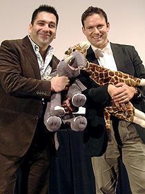 温暖化の影響を体感しよう。 (左から)アリックス・ティドマーシュ・プロデューサー、 マーク・リンフィールド監督「アース」