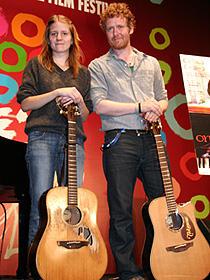 ハンサードに新しいギターが贈呈!「ONCE ダブリンの街角で」
