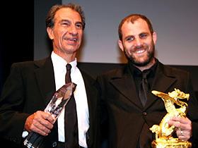 (左から)グランプリ受賞「迷子の警察音楽隊」の 主演サッソン・ガーベイ、エラン・コリリン監督「迷子の警察音楽隊」
