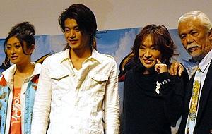 (左から)山田優、小栗旬、清水ミチコ、マイク眞木「サーフズ・アップ」