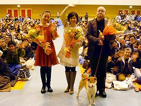 山古志村のために書き下ろした主題歌を熱唱 (左から)平山綾香、松本明子、猪股隆一監督「マリと子犬の物語」