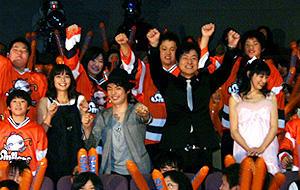 会場もヒートアップ (左から)加藤ローサ、森山未来、陣内孝則監督、岡本杏理「スマイル 聖夜の奇跡」