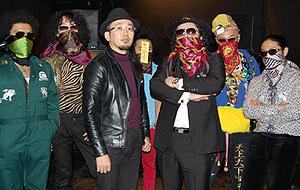 FROGMAN(中央左)と謎の覆面バンド「副島さんとピンカラ殺生s」「菅井君と家族石 THE MOVIE」