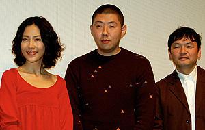 荒川の珍回答に、会場はユルい笑いに包まれて。 (左から)木村佳乃、荒川良々、藤田容介監督「全然大丈夫」