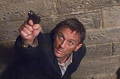 ボンドは何でも操縦できる「007 慰めの報酬」