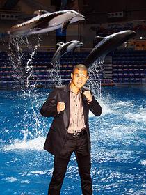 イルカをバックにファイティングポーズ「オーシャンズ」