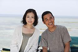 岡村と松雪が夫婦を演じる「てぃだかんかん」「カンカン」