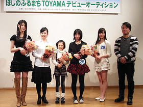 (写真左から)松田梨沙さん、押田栞さん、 稲場きさらさん、河内美澪さん、樋口瑞姫さん、川野浩司監督「ほしのふるまち」