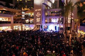 500人限定も、3000人以上のファンがLAへ「アリス・イン・ワンダーランド」