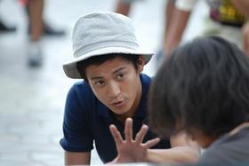 撮影中、キャストに演出指導する小栗監督「シュアリー・サムデイ」