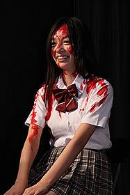 初日舞台挨拶で主演女優が血まみれに「クロネズミ」