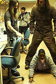 撮影中のロブ・ゾンビ監督(左)「ハロウィン」