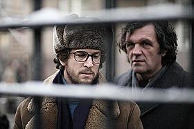 自宅のテレビで話題の新作映画を鑑賞「フェアウェル さらば、哀しみのスパイ」