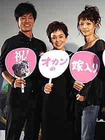 満面の笑みを浮かべる(左から)桐谷健太、 大竹しのぶ、宮崎あおい「オカンの嫁入り」