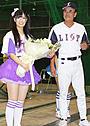 AKB48新ユニット「フレンチ・キス」倉持明日香の誕生日に父・明氏が花束贈呈