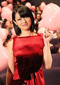 真っ赤なドレスでニッコリ「恋愛戯曲 私と恋におちてください。」