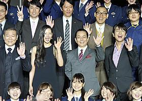 大勢のファンに笑顔で挨拶「相棒 劇場版 絶体絶命!42.195km 東京ビッグシティマラソン」