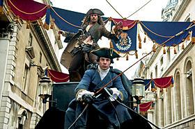 ジャックがロンドンの町中を疾走「パイレーツ・オブ・カリビアン 生命(いのち)の泉」