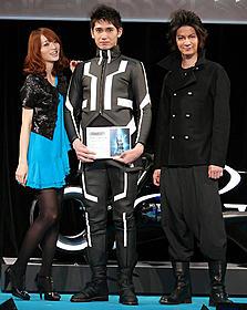 トロン・ボーイに選ばれた大塚さん(中央)「トロン:レガシー」