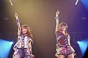大島優子(左)と横山由依「DOCUMENTARY of AKB48 to be continued 10年後、少女たちは今の自分に何を思うのだろう?」