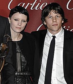 「ソーシャル・ネットワーク」で共演した マーク役のジェシー・アイゼンバーグと「ミレニアム ドラゴン・タトゥーの女」